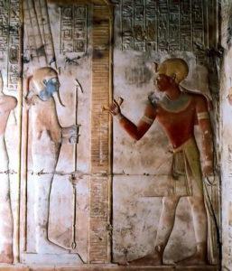 Рис.6 Абидос: храм Сети I, рельеф с изображением царя перед статуей Амона. Около 1285 г. до н.э.